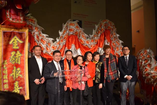 大都會藝術博物館25日晚舉辦新春招待會,吸引上百位民選官員、社區人士參與。(記者顏嘉瑩/攝影)
