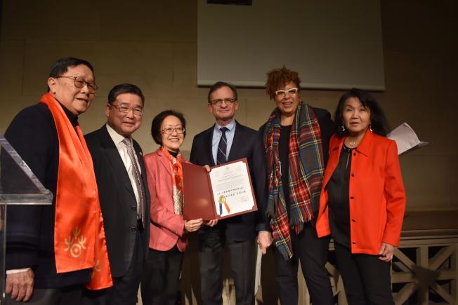 陳倩雯代表市議會頒發感謝狀給大都會藝術博物館,圖左二起:顧雅明、陳倩雯、威斯。(記者顏嘉瑩/攝影)
