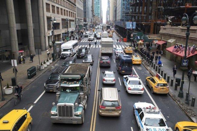 紐約曼哈頓地狹人稠,尖峰時刻塞車嚴重。美聯社