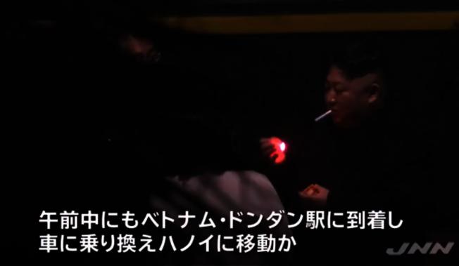金正恩用火柴點燃香菸。(視頻截圖)