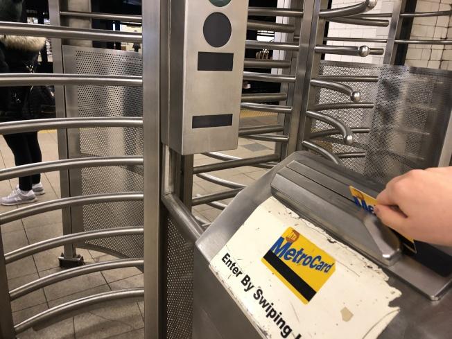 27日MTA董事會投票通過捷運卡漲價。(記者金春香/攝影)