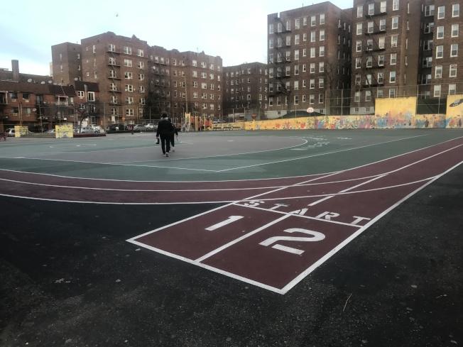 一名12歲的男孩涉嫌在皇后區139小學的操場上塗寫「卍」字。(記者牟蘭/攝影)
