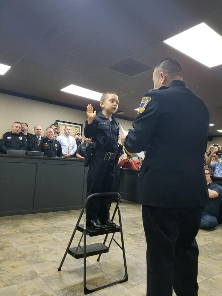 德州自由港警察局長雷加維伊替艾比蓋兒完成「當警察」的心願;在宣誓就職儀式上,雷加維伊邊唸誓詞邊掉淚。(CBS電視截頻)