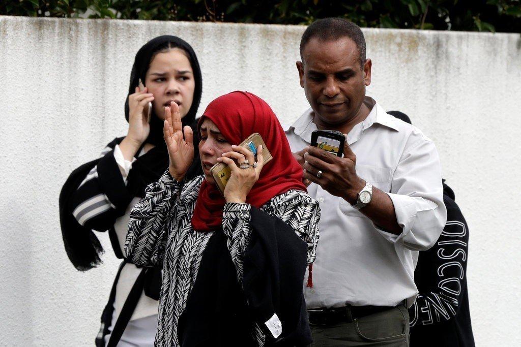 在清真寺外,有許多家屬試圖打電話與親友聯繫。美聯社