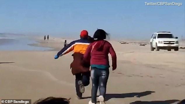 偷渡客闖過邊境。(截自影片)