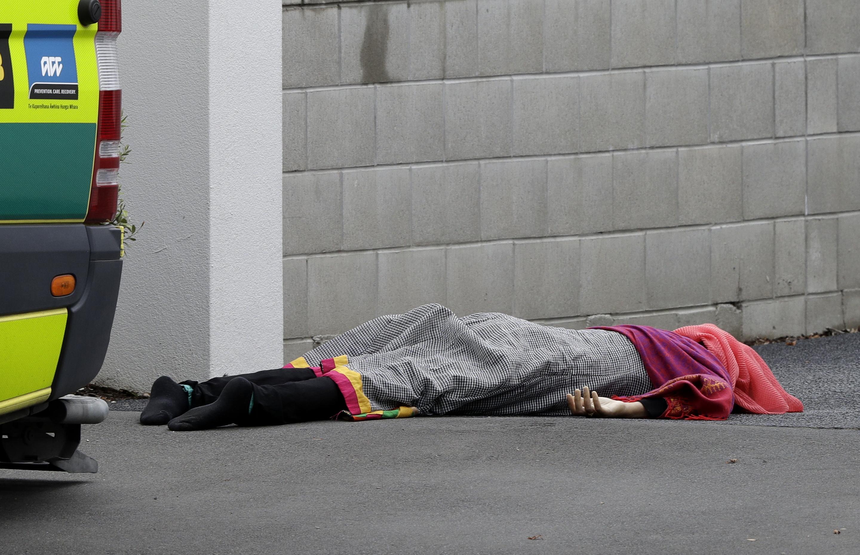 清真寺內一名死者倒在牆邊。(美聯社)