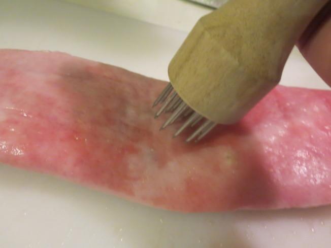 豬肉先用針插一遍。