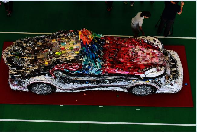 林世寶回收2萬6000多支廢創作「F1讚車」。(林世寶提供)