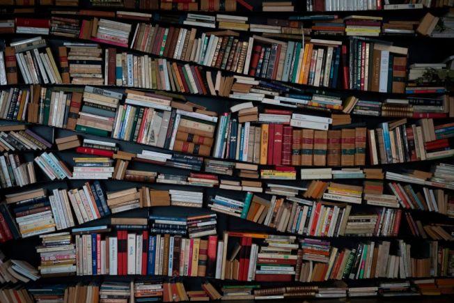 書本堆積是否是家裡凌亂的因素之一,引發輿論熱議。(Getty Images)