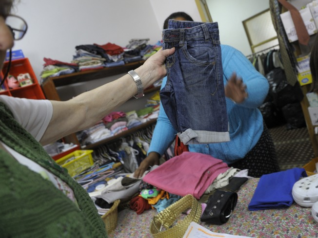 已經不合身、有污漬或無法修補的舊衣,應該丟棄或捐出。(Getty Images)