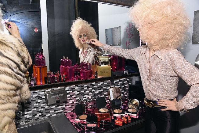 美妝產品堆積如山,是不少女性消費者的困擾。(Getty Images)