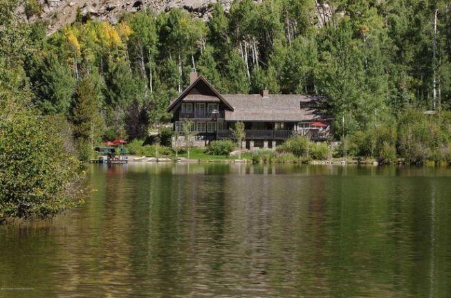 這個莊園背靠大陸分水嶺(Continental Divide),有一個私人湖泊。(Realtor)