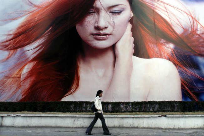 上海街頭的洗髮精廣告。(路透)