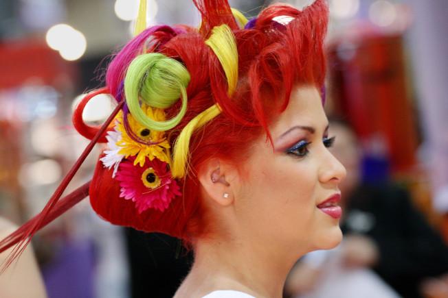 紐約國際容展上,一名模特兒的髮型搶眼。(美聯社)