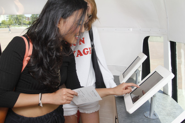 人們利用平板電腦填寫問卷示意圖。(美聯社)