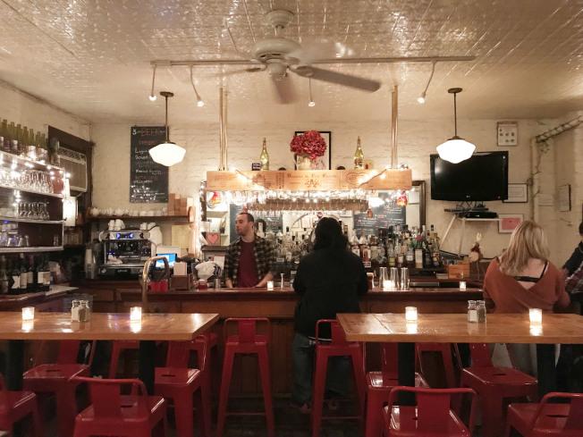 柯妮莉亞街咖啡館的酒吧,經常可見到藝文界名人。(王若馨/攝影)