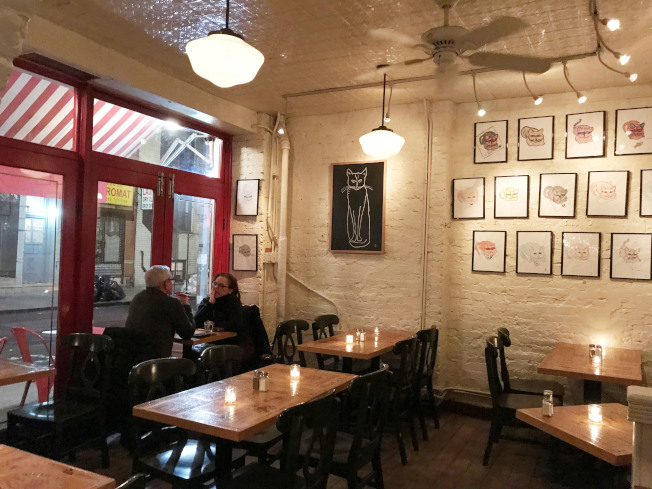 牆上會展示不同藝術家的作品,這些作品需通過咖啡館的甄選。(王若馨/攝影)