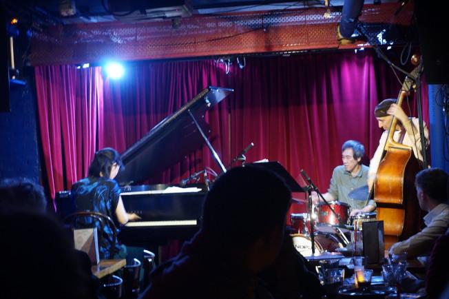 這裡被稱為紐約最窄的表演場地,台上左起:山本惠理、竹內郁夫、安柏西歐。(王若馨/攝影)