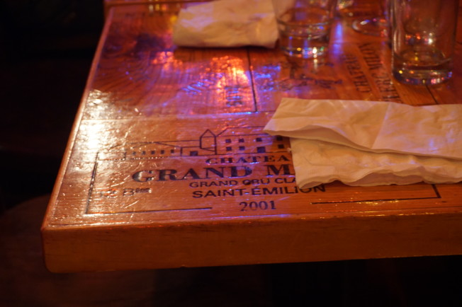 酒吧內的木桌,以葡萄酒箱製成。(王若馨/攝影)