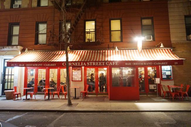 夜幕低垂下的柯妮莉亞街咖啡館。(王若馨/攝影)
