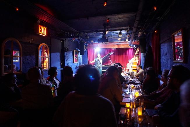 柯妮莉亞街咖啡館地下室,是紐約的爵士音樂聖地。(王若馨/攝影)