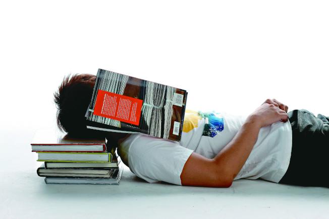身體的累、心理的累,醫師認為都是過勞。(本報資料照片)