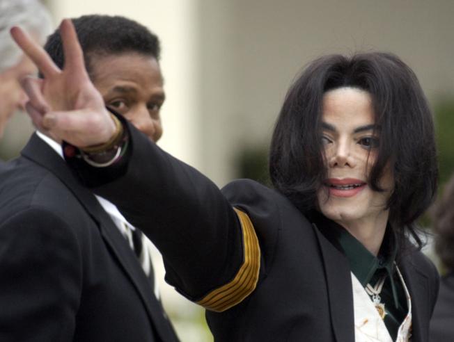 巨星麥可傑克森死後仍然醜聞纏身,圖為傑克森生前2005年在加州為性侵案出庭。(美聯社)