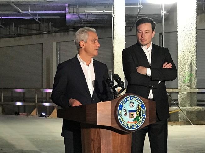 芝加哥市長伊曼紐(左)與馬斯克(右)去年聯合在芝加哥舉行「高速快車」發布會。(本報檔案照片)