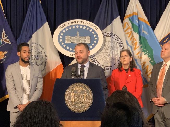 張晟(發言者)表示支持徵收堵車費,但希望州府能授予紐約市在交通系統改革方面更大的決策權。(記者和釗宇/攝影)