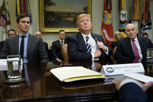媒體報導,川普總統(中)去年5月親自下令白宮幕僚長凱利(右),給予女婿兼高級顧問庫許納(左)高級機密安全資格。(Getty Images)