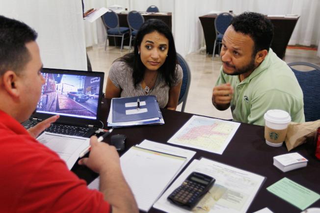 申请房贷前货比三家,不但可省钱,也会使屋主感到财务较稳定。(Getty Images)