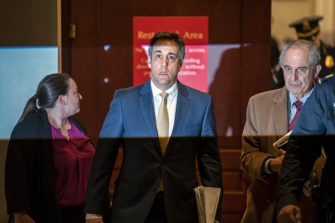 川普總統前私人律師柯恩(中)28日繼續到國會眾院情報委員會出席閉門聽證。(美聯社)