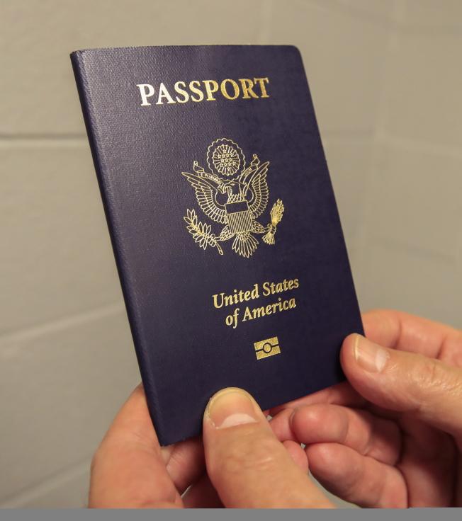 國稅局警告,嚴重欠稅如果不補,欠稅人的護照可能會被吊銷。(歐新社)