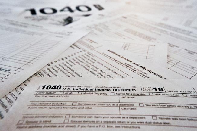 欠稅不補,除了可能吃上官司外,護照也可能被吊銷。圖為今年的所得稅表。(美聯社)