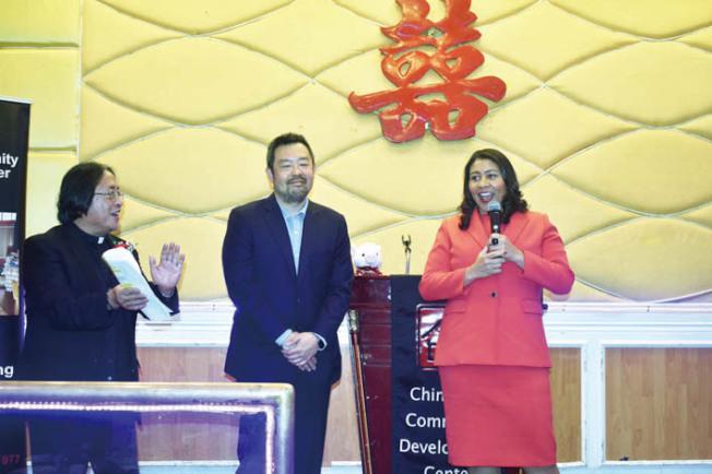 市長布里德(右)對楊重賢(中)的經驗表達信賴。左為華協中心行政主任方小龍牧師。(記者黃少華/攝影)