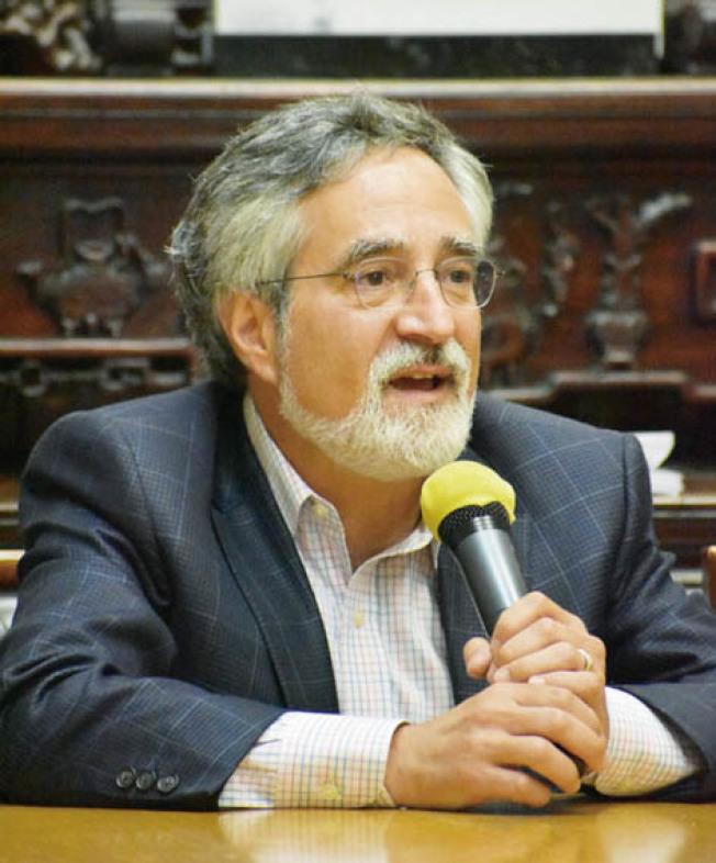 市議員佩斯金將與中央分局長易文耀舉行治安會議及走訪華埠商家。(本報檔案照片,記者李秀蘭攝影)