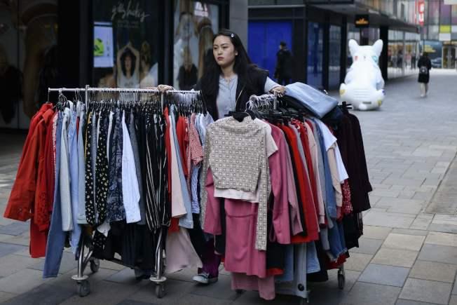 网络寄卖商店可让人轻松的清理过多衣服、还能赚钱。(Getty Images)