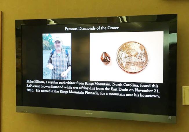 電視會撥放一些遊客挖到的鑽石與照片。