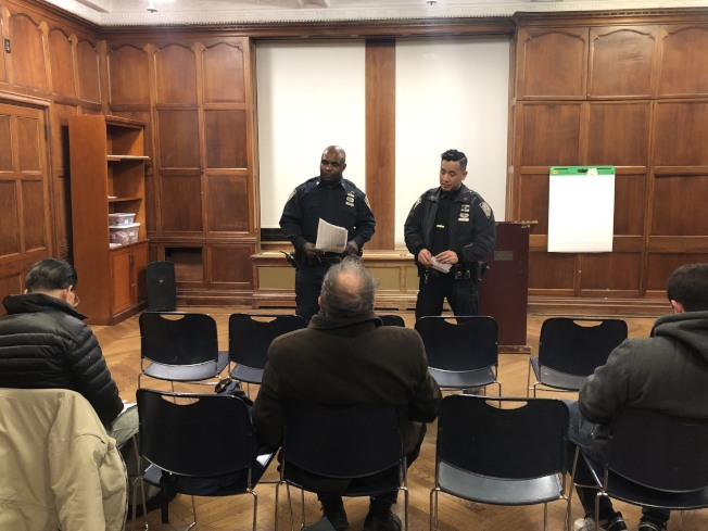 班森賀分管B區的社區協調警員日前舉行警民會議,報告近來頻發的犯罪活動。(讀者提供)