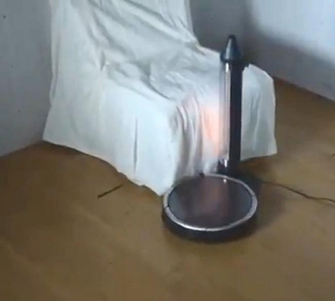 影片顯示,掃地機器人可能會意外引發火災。(取自推特)