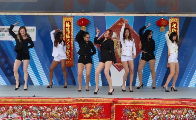 金龍遊行舞台表演節目之一流行熱舞KillaPop K-POP Dance。(劉程驥提供)