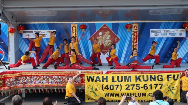 金龍遊行舞台表演節目之一華林寺展示功夫。(劉程驥提供)