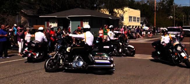 金龍大遊行中,橘郡警局的特勤摩托車隊表演相當吸睛。(劉程驥提供)