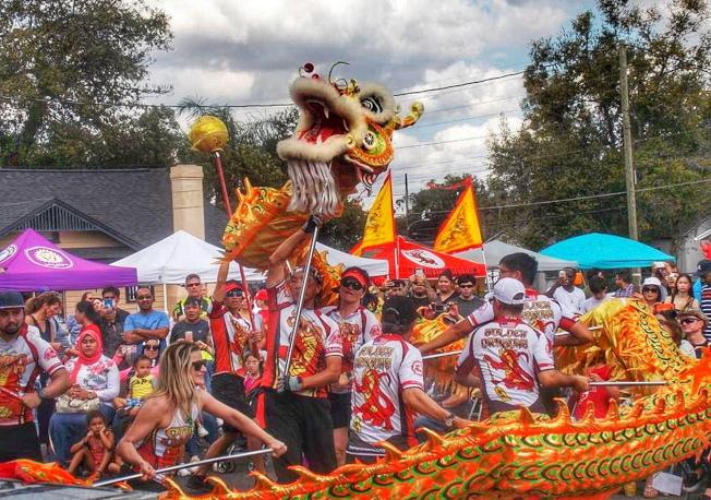 金龍大遊行隊伍之一,坦帕灣亞裔文協(SACA)的金龍隊舞金龍。(劉程驥提供)