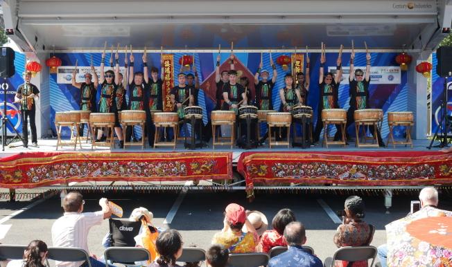 金龍大遊行舞台表演節目之一,奧蘭多日本太鼓隊展示鼓技。(劉程驥提供)