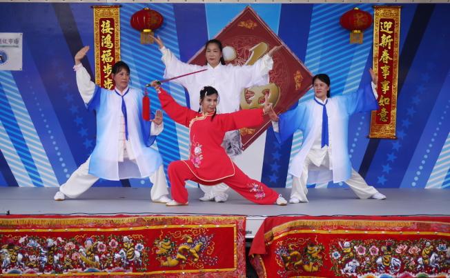 金龍大遊行舞台表演節目之一,漢卿太級藝術中心表演太極。後中為指導老師劉漢卿。(劉程驥提供)