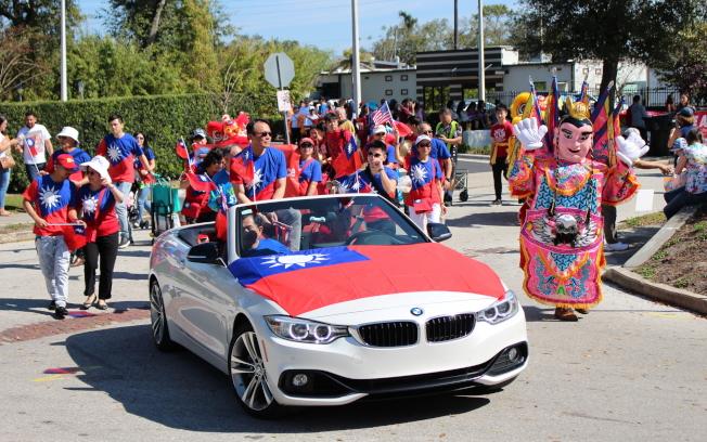 駐邁阿密經文處的遊行隊伍以三太子和敞篷車前導。(孫博先提供)
