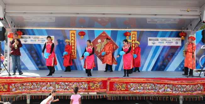 金龍大遊行舞台表演節目之一,亞洲風行與越南舞蹈社合作的「青花瓷」薩克斯風演奏和舞蹈。左一演奏者劉程驥,左二舞者王麗紅。(劉程驥提供)