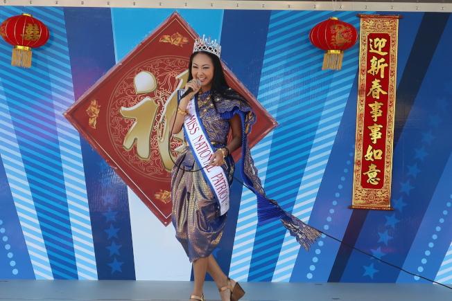 金龍遊行舞台表演節目之一愛國小姐( Miss National Patriot Lifetime Queen)Ann Poonkasem AKA Ann演唱歌曲。(劉程驥提供)