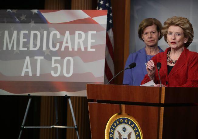 國會參議員史泰伯諾(右)和鮑德溫宣布,提案推動降低聯邦醫療照顧門檻,從65歲降為50歲。(Getty Images)